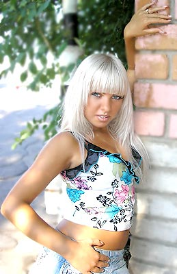 easy-going, dreamy and chic woman living in  Nikopol